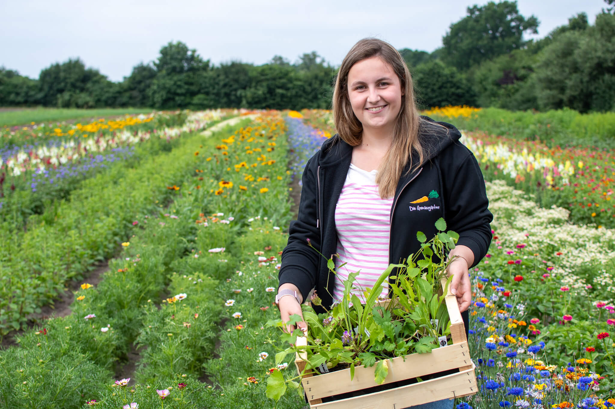 Laura freut sich über das Wildblumen-Paket